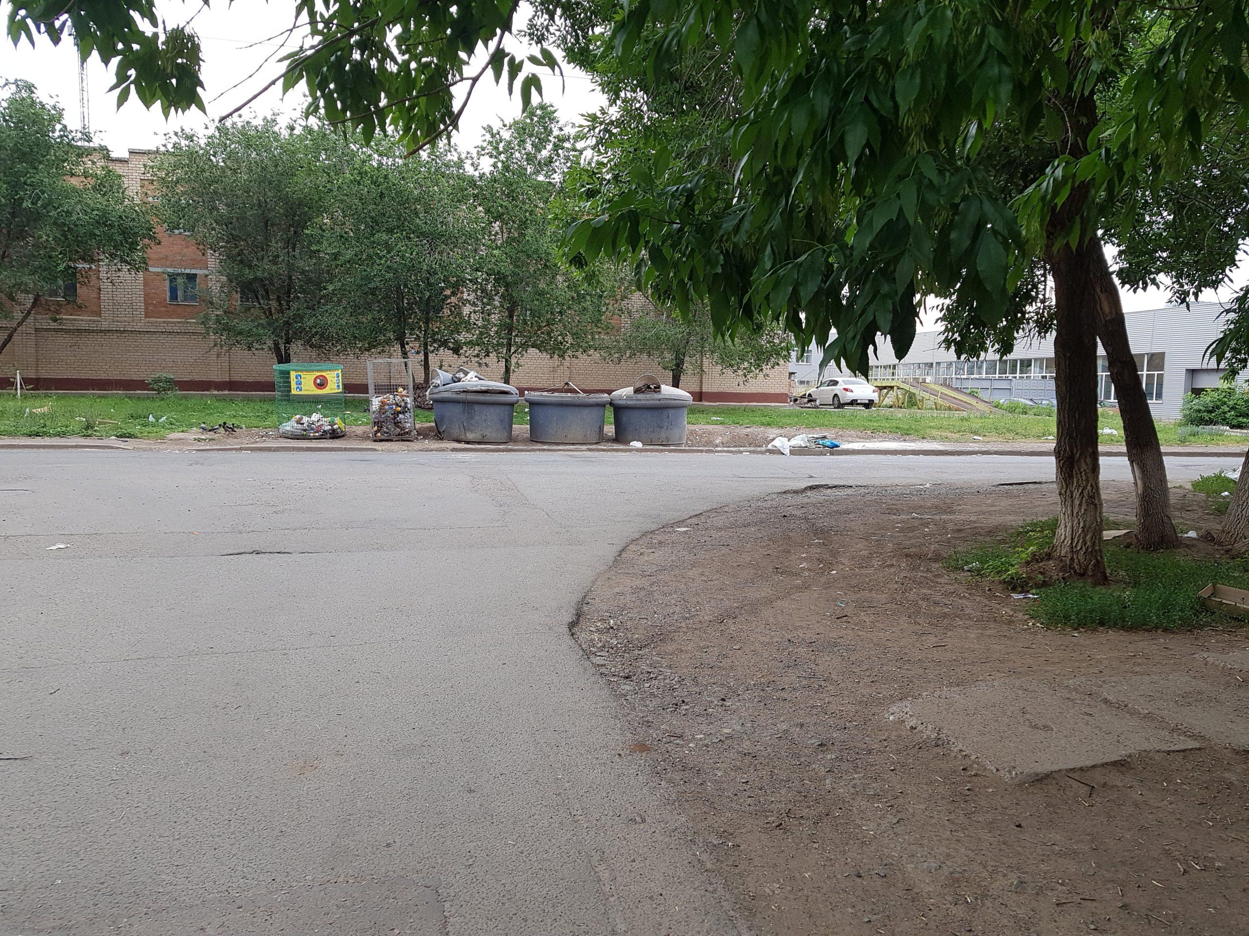 по улице Космическая 1-2/1 была произведена уборка мусора.